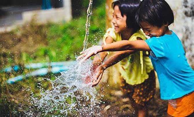 两个小孩在兴奋的玩水