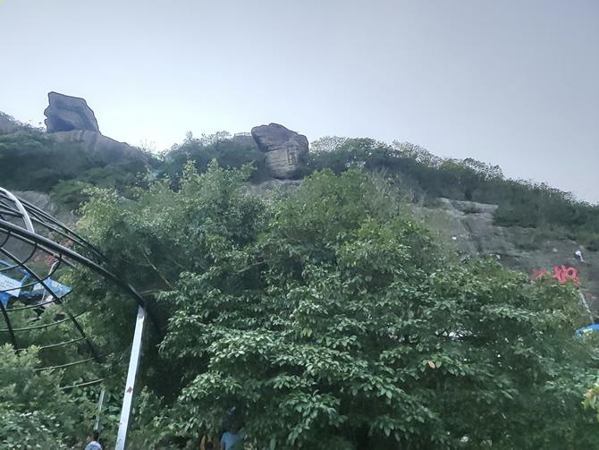 白石岭上的巨石