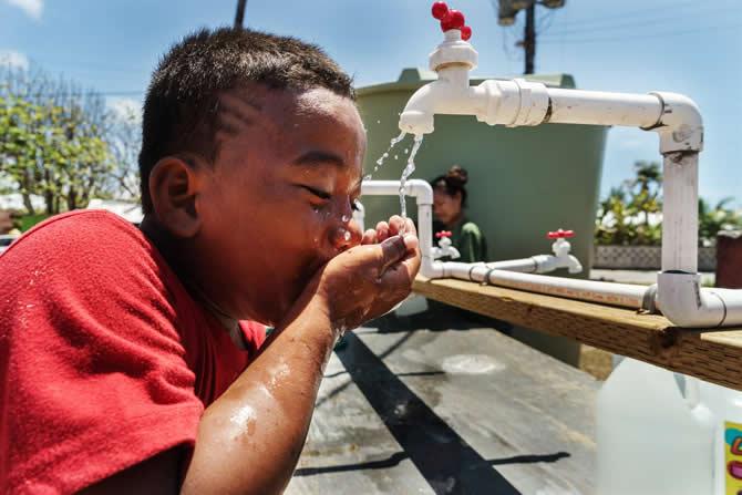 饮用自来水的小男孩