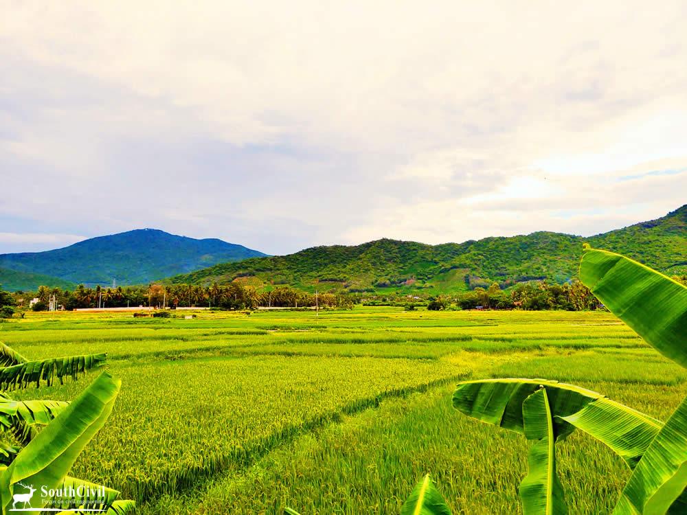 华丽村的农田和山岭